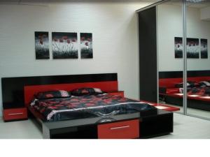 dormitor rosu cu negru